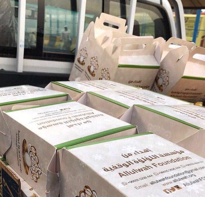 توزيع وجبات إفطار للصائمين من المعتمرين